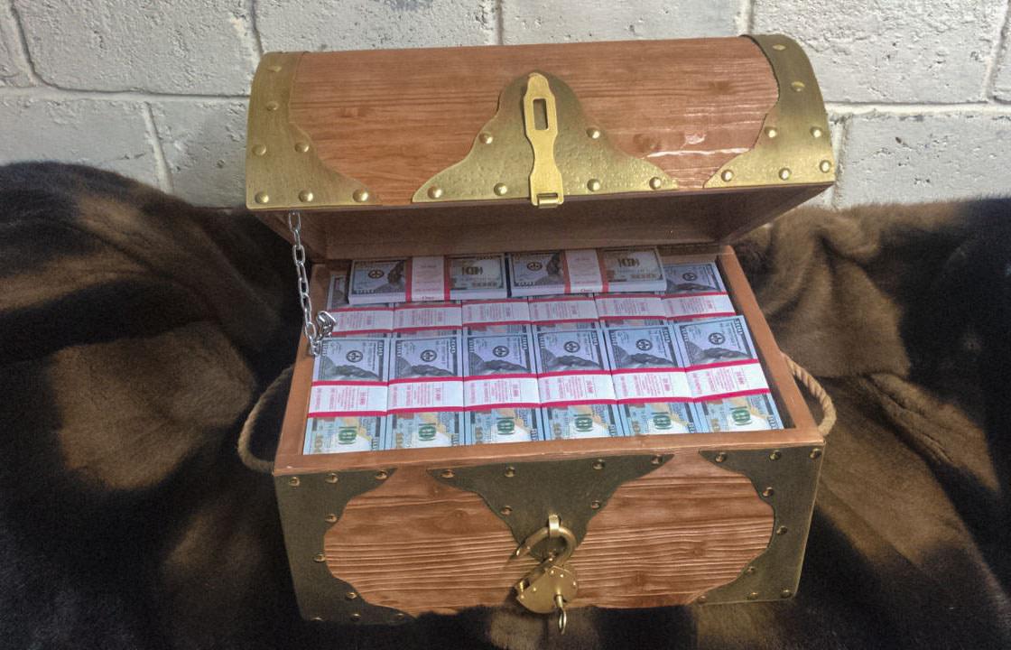 100 American dollars Prop Money Pirate Chest