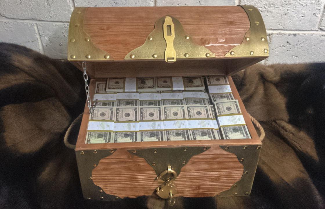 5 American dollars Prop Money Pirate Chest