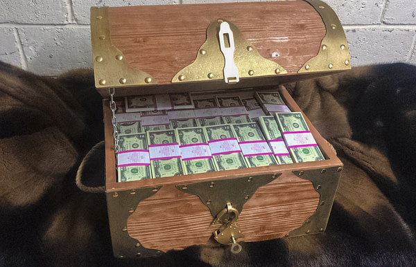 2 American dollars Prop Money Pirate Chest
