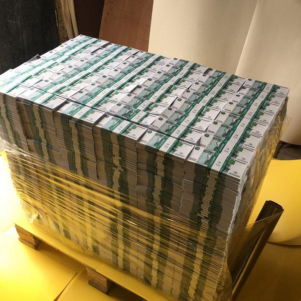 Palette d'espèces faux billets 1000 roubles russes (3864 paquets)
